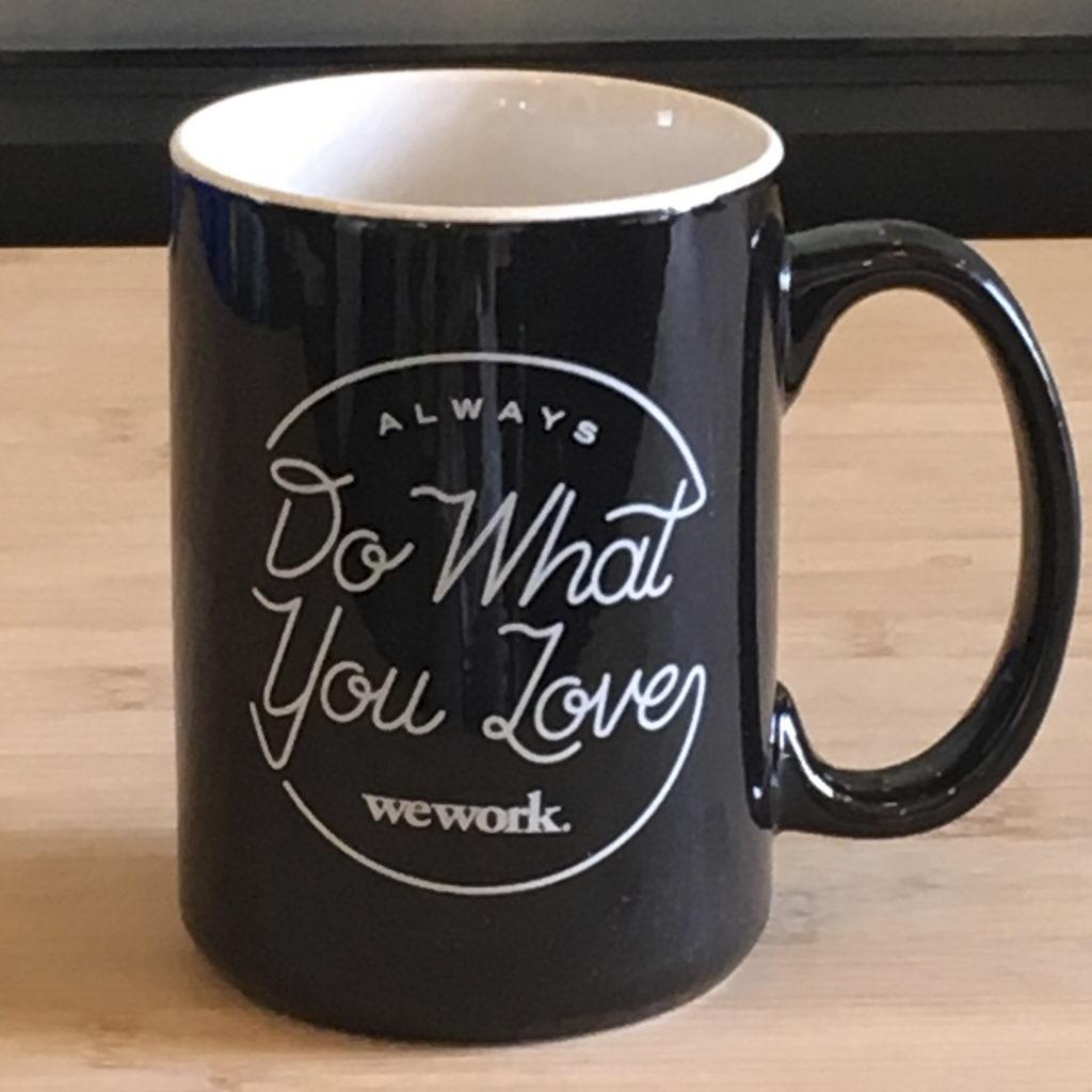 WeWorkでは「Do What You Love(自分の好きなことをしろ)」がキャッチコピーになっていて、そのロゴが入ったオリジナルマグカップがあります。